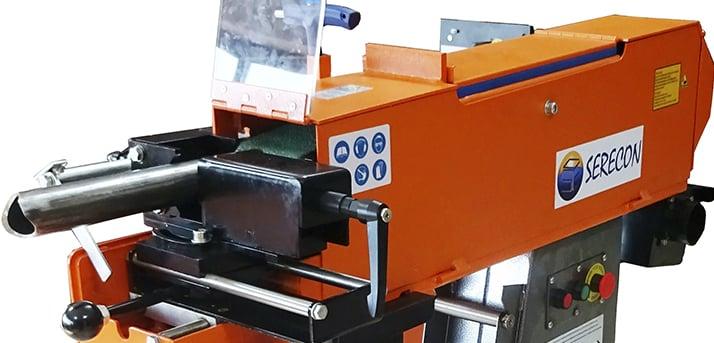 Máquina para hacer bocas en tubos. También se puede utilizar como lijadora. Permite regular los grados de inclinación del abocardado.